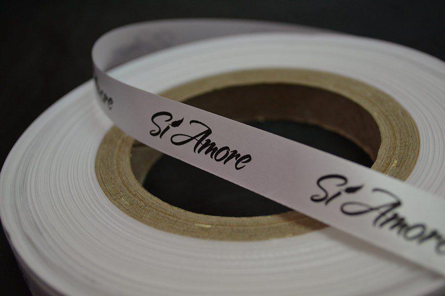 Текстилен етикет, бял сатен с черен печат - 15 мм